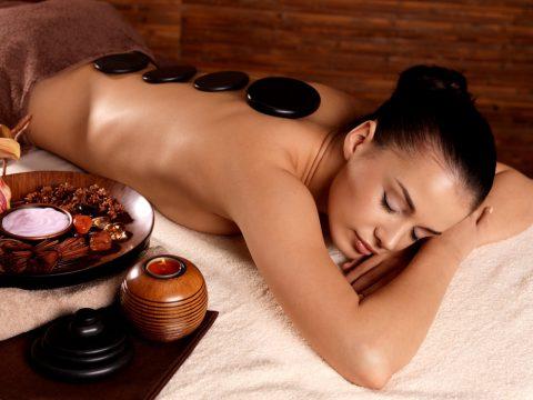 Blahodarne účinky, výhody a riziká masáže horúcimi lávovými kameňmi
