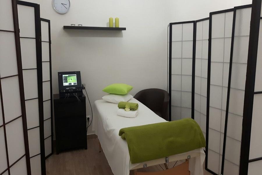 miestnosť so stolom pre aplikovanie elektroterapie