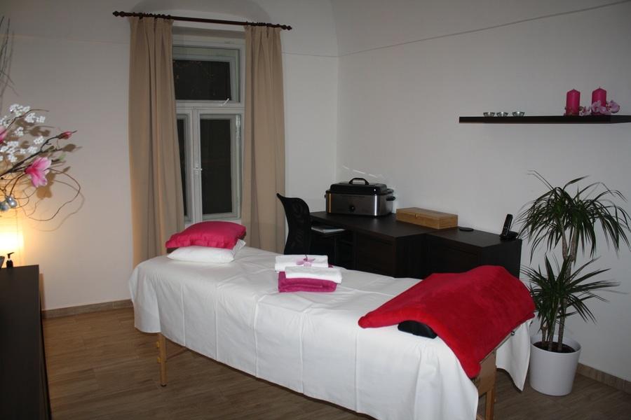 miestnosť s masážnym stolom