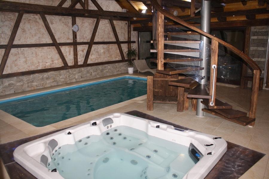 bazén s jacuzzi vo wellness